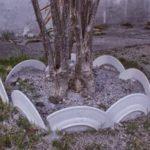 Σπασμένα πιάτα ως διακόσμηση κήπου