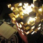 Πώς να φτιάξουμε ένα φανταστικό φωτιστικό απο ξύλινους κύβους που φαίνονται να αιωρούνται!