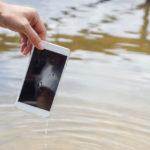 Βρήκαμε το κόλπο που θα σώσει το κινητό σου αν πέσει στο νερό