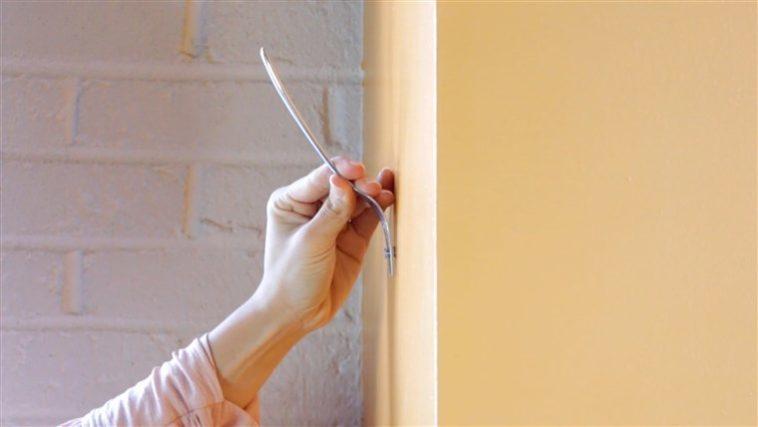 πώς να κρεμάσεις έναν πίνακα ζωγραφικής με ένα πιρούνι