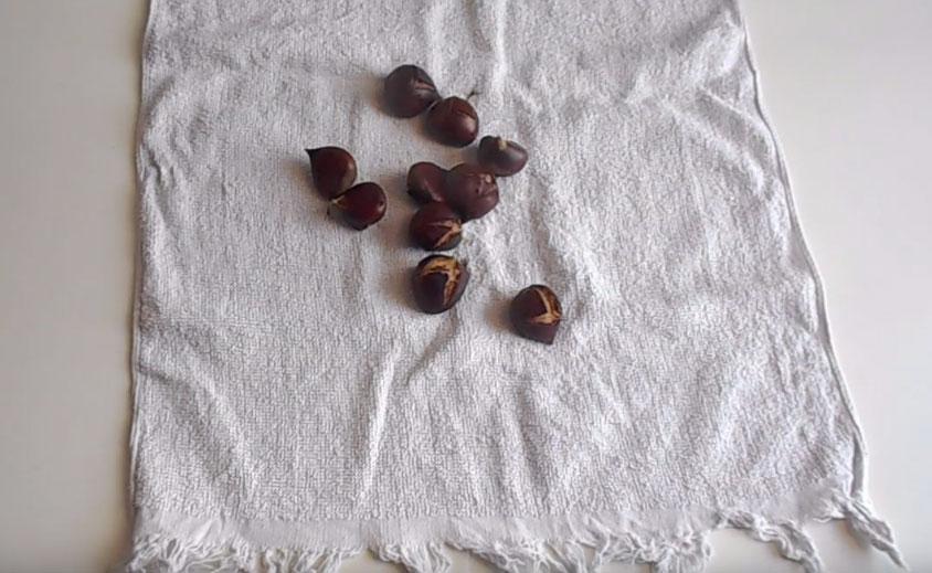 Τοποθετήστε τα κάστανα μέσα σε πετσέτα να ιδρώσουν και να ξεφλουδίζονται εύκολα